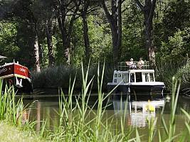 Carcassonne Midi Su yolu kanalı tekne gezintisi. Nehir Teknesi.